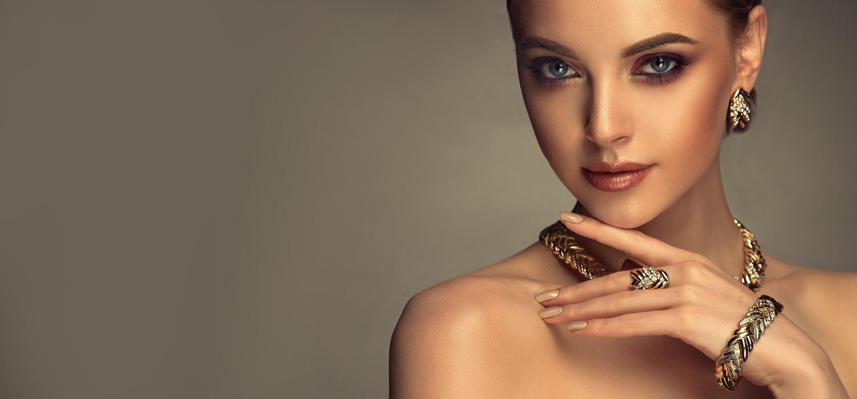 ragazza indossa parure collana anello bracciale piano gioielli