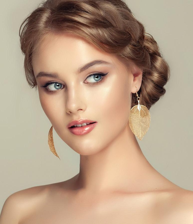 ragazza indossa orecchini foglia in oro